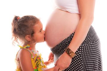 Enfant qui embrasse le ventre de sa mère