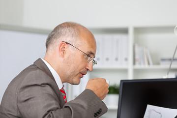 geschäftsmann mit tasse kaffee am computer