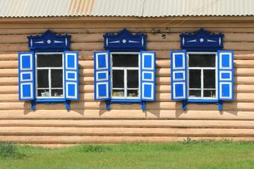 Фрагмент деревянного дома со ставнями