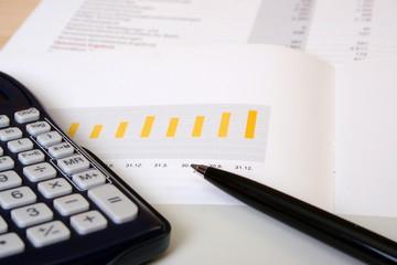 Taschenrechner auf Geschäftsbericht