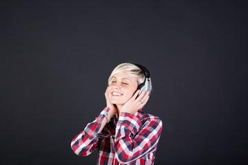entspannte junge frau mit kopfhörer