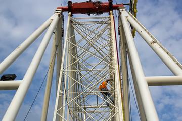 Arbeiter beim Aufbau eines Riesenrades 2