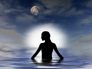 Frau badet nachts im Meer  - Silhouette