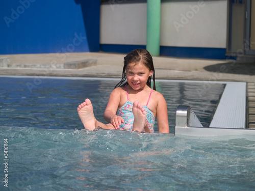 Nackte mädchen im schwimmbad