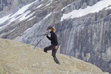 Mujer haciendo senderismo