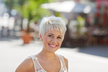 frau mit kurzen blonden haaren in der stadt