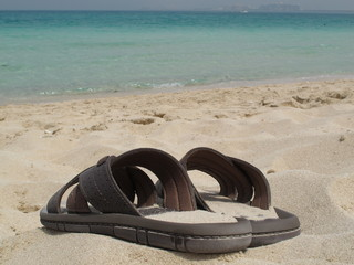 Chanclas en la playa