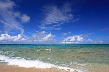澄んだサンゴ礁の海と青い空