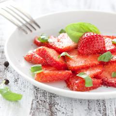frisches Carpaccio mit Erdbeeren