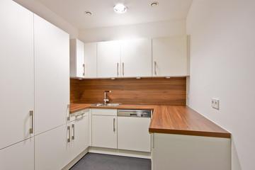 Küche mit weißem Dekor und Arbeitsplatte in Holzoptik