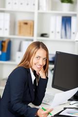 junge lächelnde frau am computer