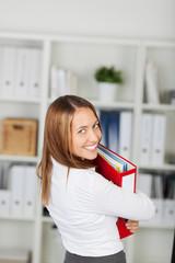 motivierte businessfrau mit aktenordner