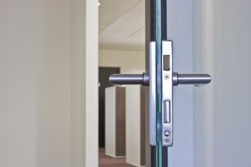 offene Glas-Tür mit Türgriff und Schloss im Detail