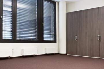 Raum leeres Büro mit Einbauschrank ohne Möbel
