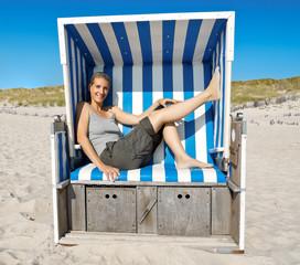 Fototapete - Frau im Strandkorb