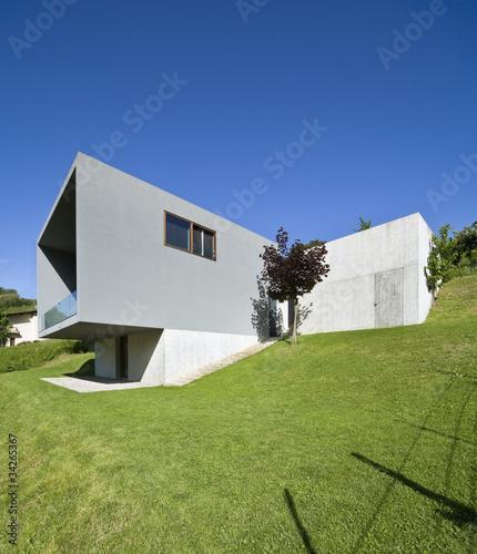 esterno casa moderna con giardino e prato immagini e