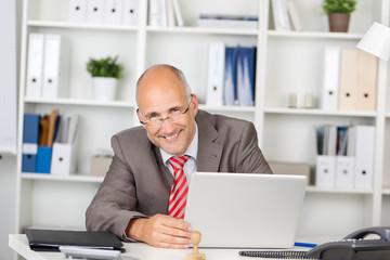 geschäftsmann am laptop im büro