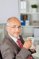 entspannter geschäftsmann mit tasse kaffee