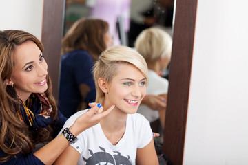 visagistin mit einer jungen blonden kundin