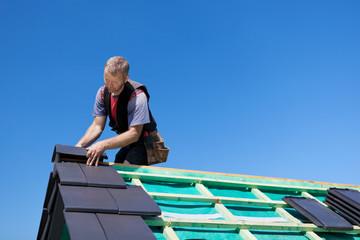 dachdecker legt moderne dachpfannen