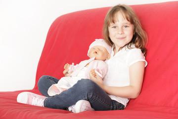 kleines Mädchen mit Puppe