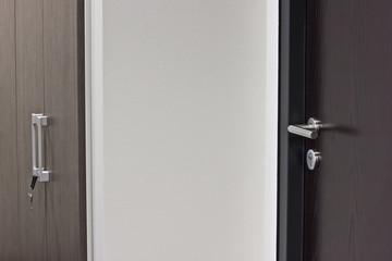 Aktenschrank mit Schlüssel und geschlossener Tür