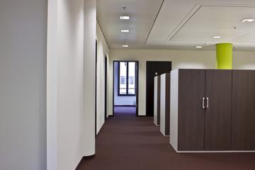 langer Gang in Büro-Gebäude