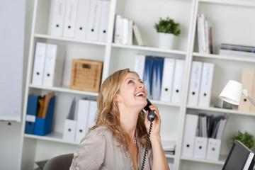lachende geschäftsfrau am telefon