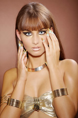 Hübsche junge Frau mit schönen Stiletto Nägel posiert, hoch