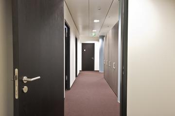 Büroflur langer Gang Ausgang und Fluchtweg