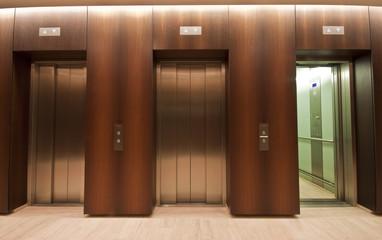 Aufzug Lift mir einer offenen Tür