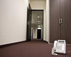 leeres Büro mit weißem Telefon auf dem Fussboden