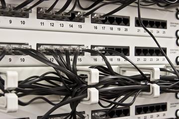 EDV-Kabel im Datenschrank