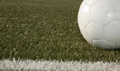 Fussball vor der Mittellinie