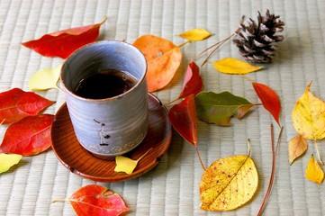 畳の上の落ち葉と湯呑み
