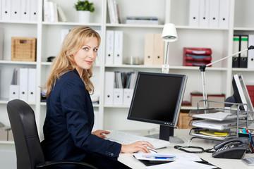 blonde frau arbeitet am computer