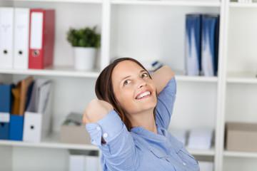 entspannte lächelnde frau im büro