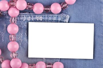 Белая карточка в кармане джинсов