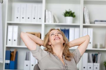 entspannte frau im büro