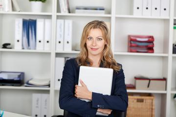 blonde geschäftsfrau mit ihrem laptop