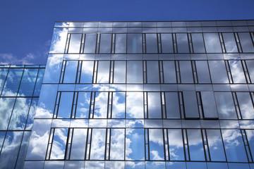 Wolkenspiegelungen in einer Hochhausfassade