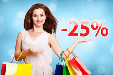junge Frau zeigt -25% Angebot