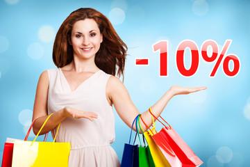 Frau zeigt -10% Angebot