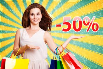 junge Frau zeigt -50% Angebot