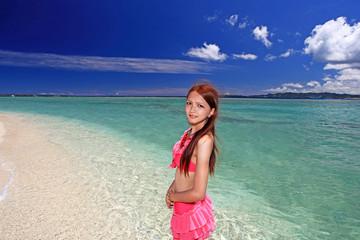 Fotobehang Bleke violet 水納島の澄んだ海と笑顔の女性