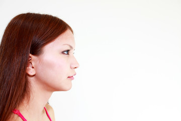 遠くを見つめる横顔の女性