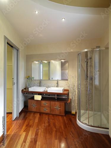 Bagno moderno con intarsio nei mobili e pavimento di - Bagno pavimento legno ...