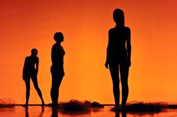 Silhouettes de 3 danseuses