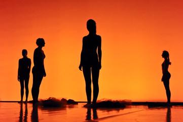 Silhouettes de 4 danseuses