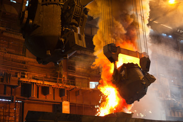 Poster Vlam Smelting metal in metallurgical plant. Liquid iron from ladle